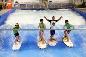 "Surfsensation auf der boot 2017: Die boot-Welle ""THE WAVE"" rollt anSurfing sensation at boot 2017:The boot wave ""THE WAVE"" is coming"